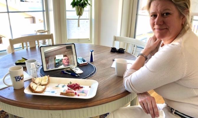 I disse Corona-tider møtes styret, i NSE AS, til historisk Skype-møte. «Styremedlem», AC Ranke benytter anledningen til å jobbe hos nestleder Tulle K. På skjermen ser vi styreleder Terje Vangås.